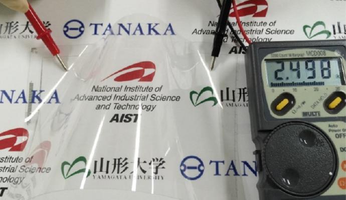 図1 0.8µm配線で透明なフレキシブル基板 出典:産業技術総合研究所、東京大学、山形大学、田中貴金属工業、科学技術振興機構